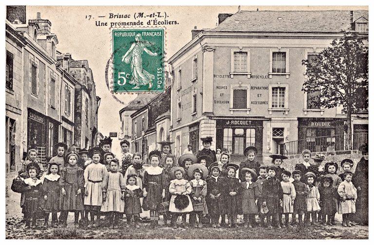 Carte postale de Brissac, une promenade d'écoliers.