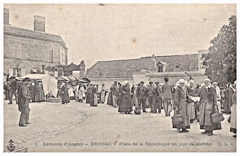Carte postale de Brissac, Place de la République un jour de marché.