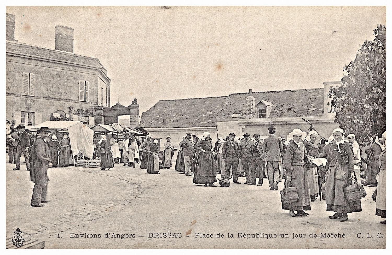 Brissac, Place de la République, jour de marché