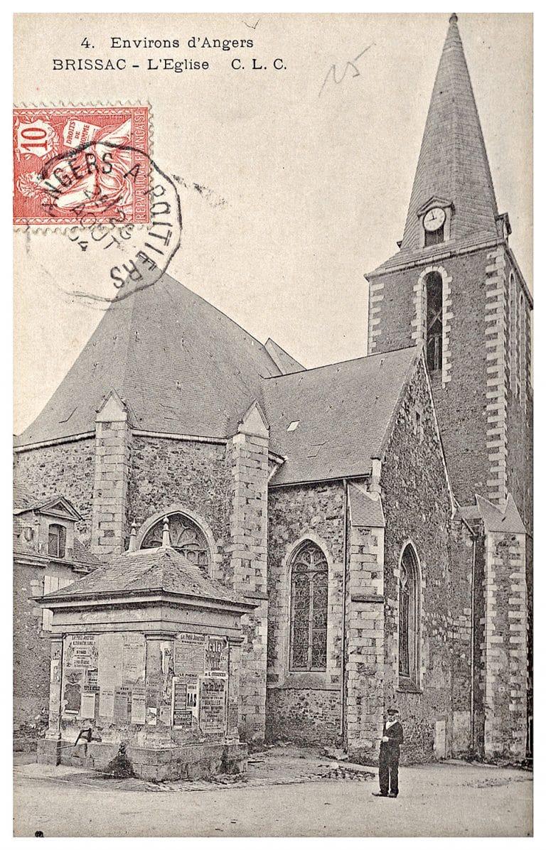 Carte postale Brissac, l'église, le puits