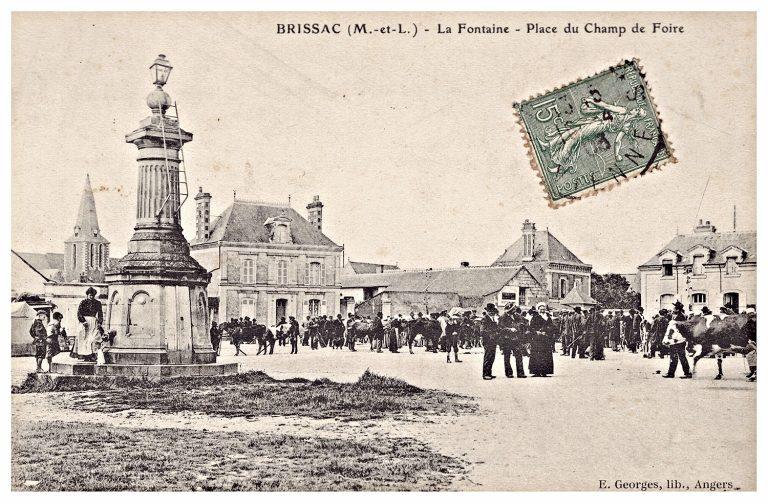 Carte postale de Brissac, la fontaine du champ de foire.