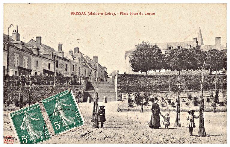 Carte postale de Brissac, place basse du Tertre.