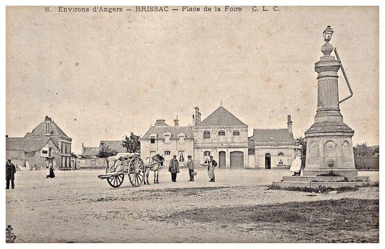 Carte postale de Brissac, place de la foire.