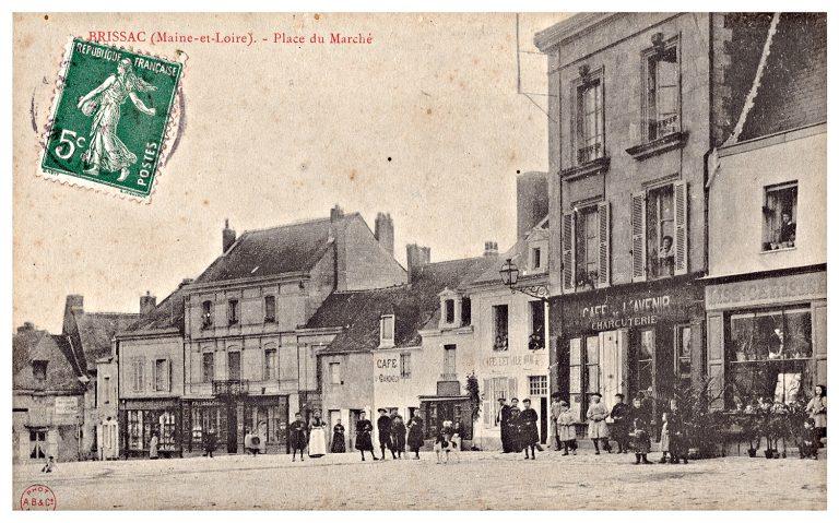 Carte postale de Brissac, place du marché, côté ouest.