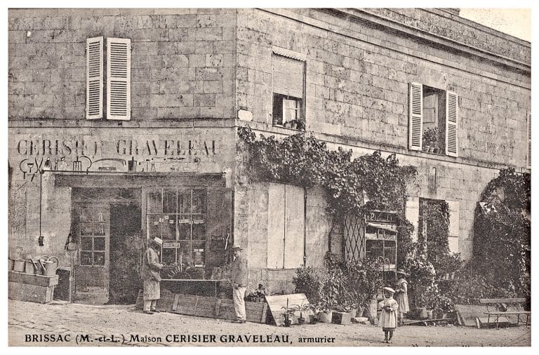 Carte postale de Brissac, maison Cerisier Graveleau, armurier.